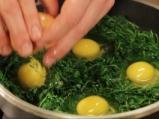 Яйца на фурна с рукола и чесново мляко 2