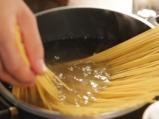 Спагети с кюфтета и доматен сос 8