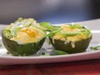Печено авокадо с яйца и сирене гауда