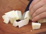 Супа от целина, синьо сирене и орехови кротончета