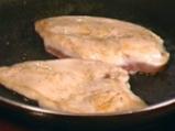 Пиле с коричка от овче сирене и билки