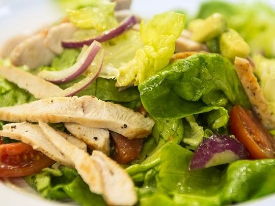 Салата с пилешко и авокадо