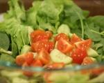 Зелена салата с маслини и чери домати 2