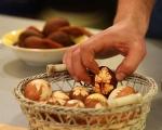 Шарени яйца в люспи от лук 6