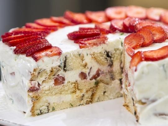Козуначена торта с ягоди