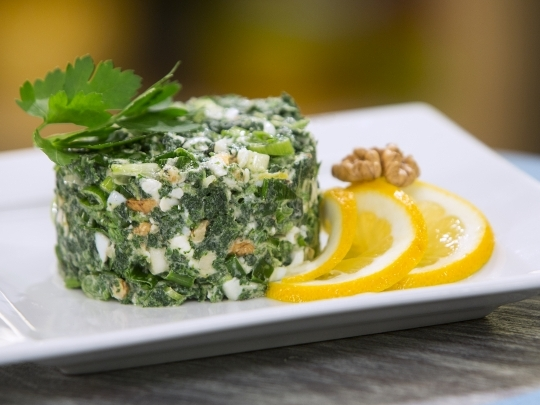 Копривена салата със сирене и орехи
