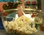Копривена салата със сирене и орехи 3
