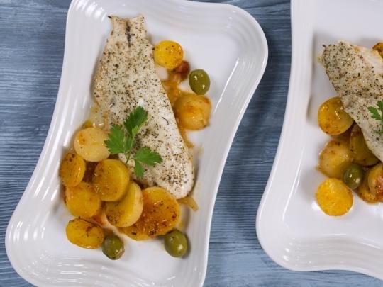 Печена риба с картофи и маслини