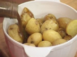 Салата с печени чушки и пресни картофи 4