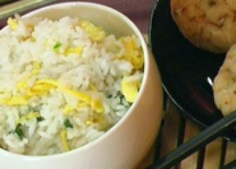 Ориз с пресен лук и яйца
