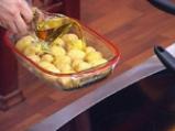 Аспержи с пресни картофи и сос