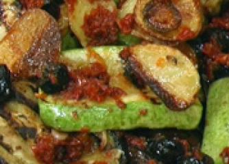 Зеленчуци на грил в сос от сушени домати
