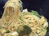 Спагети с броколи, фъстъчено масло и лук