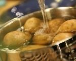 Картофена салата с карамелизиран лук