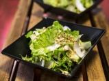 Зелена салата с круши и орехи