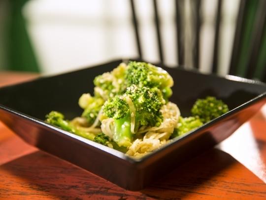Салата от броколи със сусам