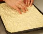 Фокача със синьо сирене, лук и орехи 6