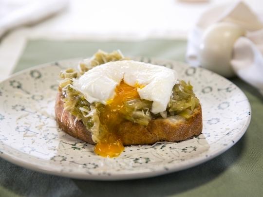 Брускети с праз и поширани яйца