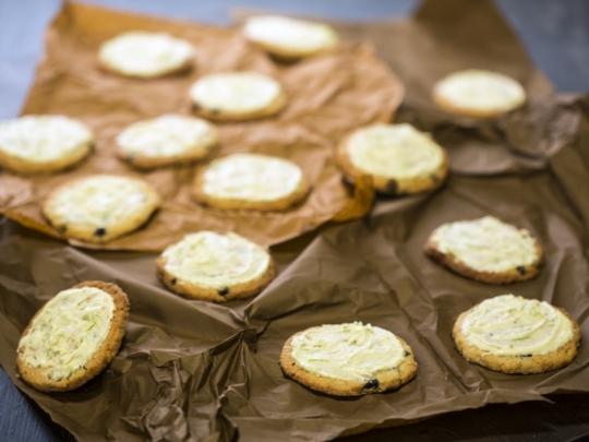 Кокосови бисквити със сушени боровинки