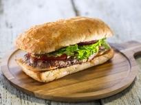 Сандвич със свинско и лют сос