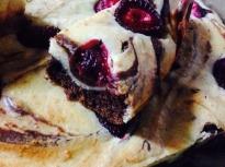 Шоколадово чийзкейк-брауни с ягоди