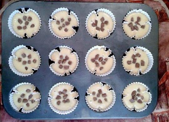 Ванилови мъфини с парченца шоколад и глазура от крем сирене
