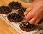 Шоколадови тарталети с боровинки 10