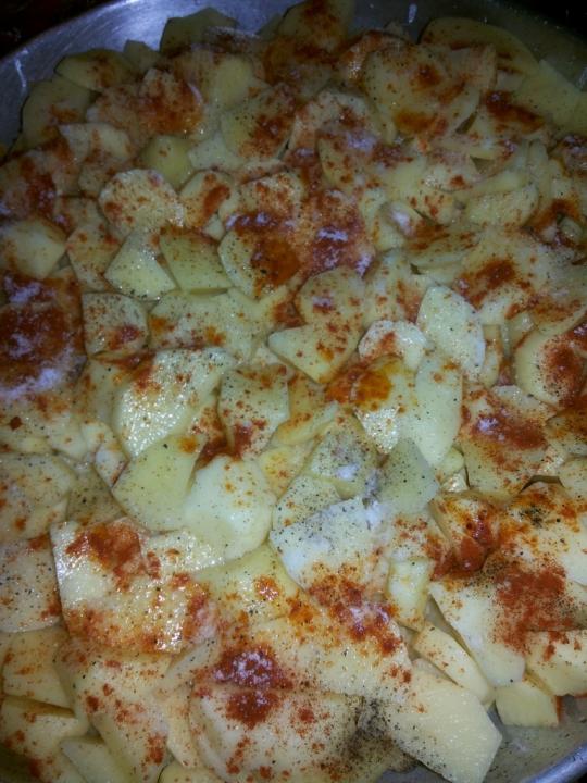 Картофи на фурна с пилешки крилца