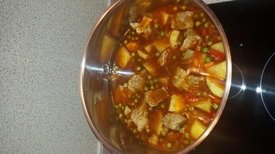 Яхния със свинско месо, грах и картофи