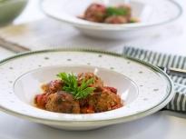 Кюфтета със сос от домати и печени чушки