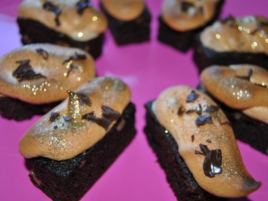 Шоколадово брауни с белтъчна украса