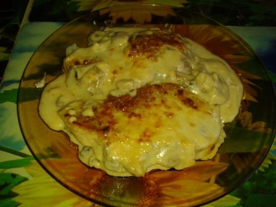 Пържолки с гъби, топено сирене и сметана