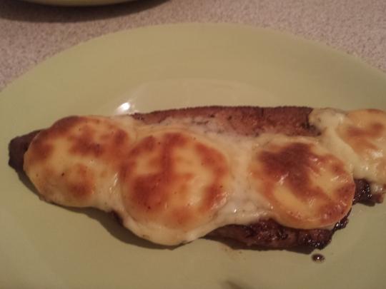 Свински пържоли с топено сирене