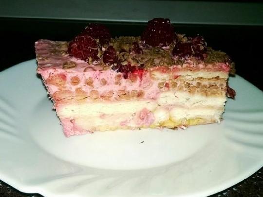 Бисквитена торта с малини