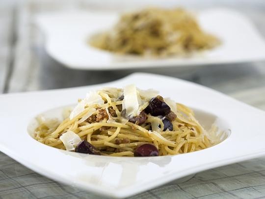 Спагети с кайма и маслини