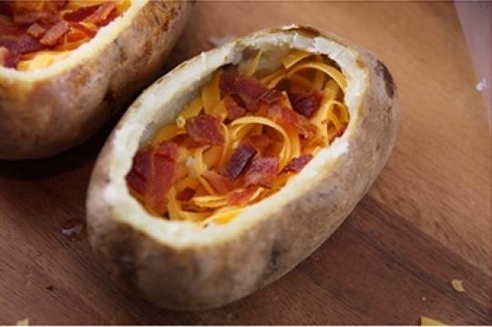 Печени картофи, пълнени със зеленчуци