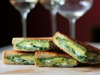 Сандвич с авокадо и козе сирене