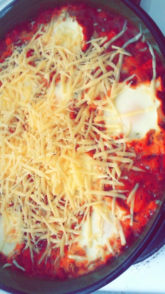 Лук с домати и яйца на очи на фурна
