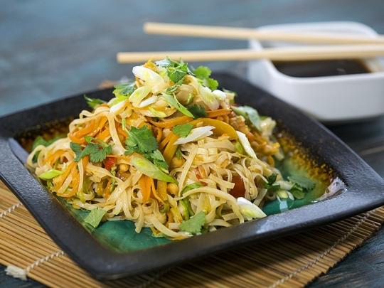 Оризова паста със зеленчуци в уок