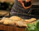 Пилешки бутчета с боб на фурна