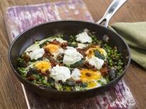 Пържени яйца с грах и смръчкули