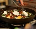 Пържени яйца с грах и смръчкули 4