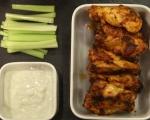 Печени пилешки крилца със сос от синьо сирене 9