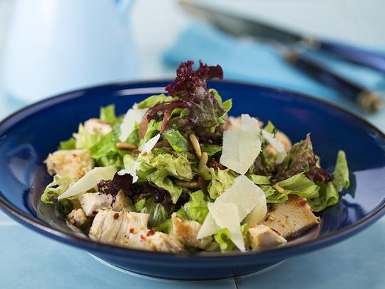 Средиземноморска салата с пилешко