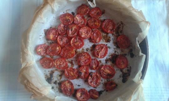 Тофу на тиган с аспержи, зелен фасул и печени чери домати