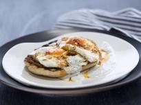 Пържени яйца с млечен сос