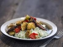 Печени зеленчуци върху канапе от ориз