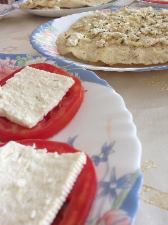 Лесни и бързи пърленки с босилек, сирене и кашкавал