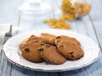 Бисквити с орехи и стафиди
