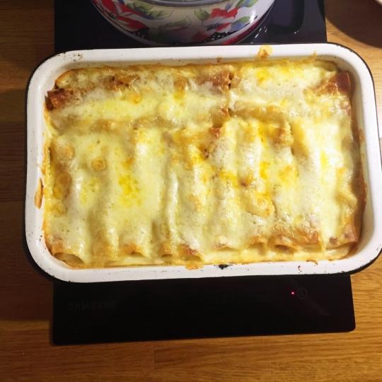 Канелони с доматена салца, кайма и сос Бешамел